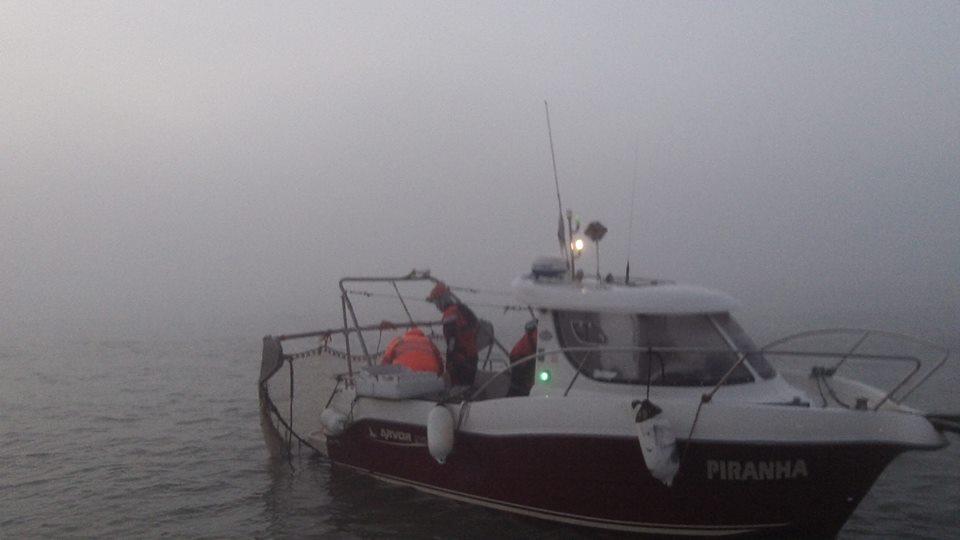 Vissersboot met net in zijn schroef