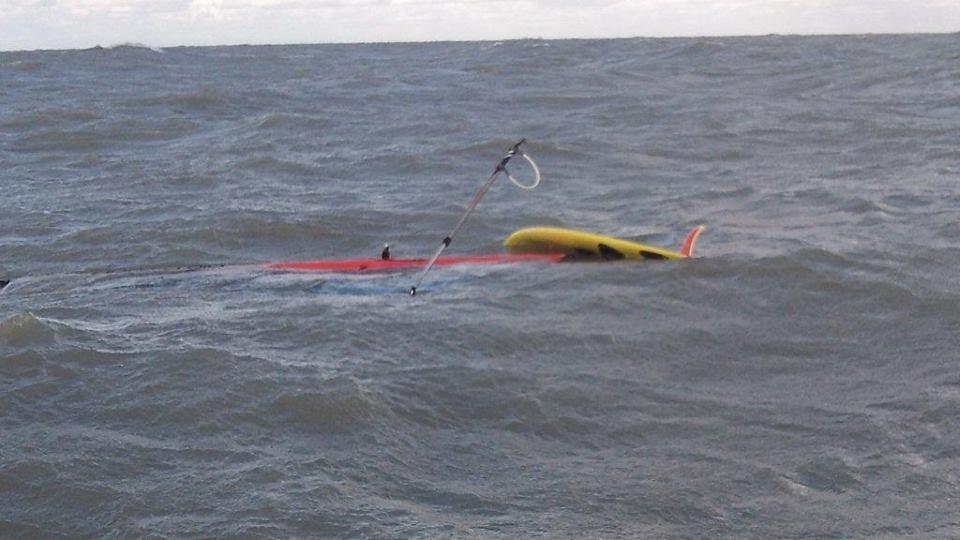 Surfer breekt mast bij harde wind