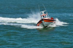 Visboot maakt water en loopt risico te zinken