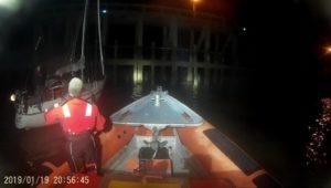 Zeilboot Josi uit Blankenberge met zware schade na vastlopen in havengeul