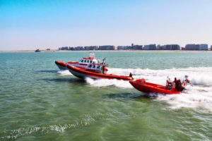 Zeilboot vast op zandbank havengeul