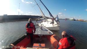 Deense zeilboot op weg naar Caraiben strandt in havengeul Zeebrugge