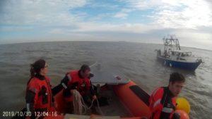 Boot garnalenvisser maakt water