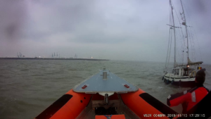 Zeilboot met defecte motor