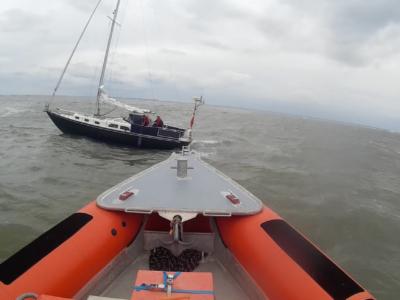 Zeilboot stuurloos in drukke vaargeul