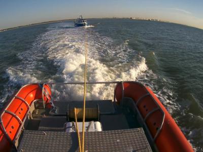 Visboot met motorproblemen