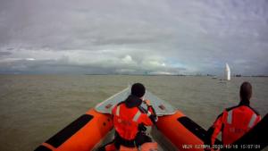 Zeilboot vaart over ankertouw visboot