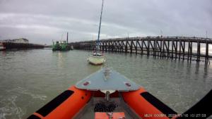 Zeilboot op zandplaat in havengeul