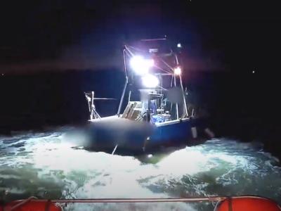 Vissersboot met tros in schroef