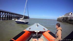 Zeilboot aan de grond in havengeul