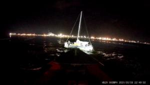 Zeilboot losgetrokken van strand