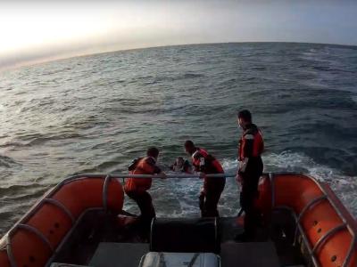 Redding catamaran zeiler voor De Haan