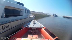Motorboot vaart talud op door kabelbreuk